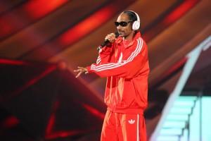 snoop dogg on stage red track suit hbtv hemp beach tv